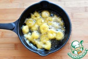 На сковороде растопите сахар и сливочное масло, добавьте нарезанные кружочками бананы и обжаривайте до карамелизации. Разложите по креманкам.