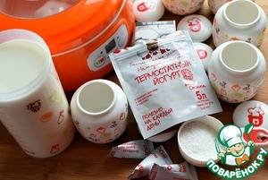 Кокосовую стружку смелите на кофемолке мелко. В молоко добавьте кокосовые сливки, две чайных ложки сахара и кокосовую стружку. Немного подогрейте до 25 градусов и всыпьте пакетик закваски Oursson. Очень хорошо размешайте до полного растворения закваски. Перелейте молочную смесь по порционным баночкам объемом 200 мл и готовьте йогурт часов 8-9, в йогуртнице или иным удобным для вас способом. Но именно порционно – так йогурт будет гуще.