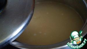 Наливаем воду в кастрюльку с толстым дном и доводим ее до кипения. Засыпаем рис, перемешиваем, закрываем крышкой и выставляем минимальный нагрев. Далее рис потихоньку варится-парится уже без помешивания минут 20-25. Вода должна полностью впитаться, а рис станет мягким и воздушным. Время ориентируйте по своему рису. Когда рис готов - выключаем огонь, а рис оставляем отдохнуть под крышкой в течение 5 минут. За время отдыха мягкие зерна обретут прочность.
