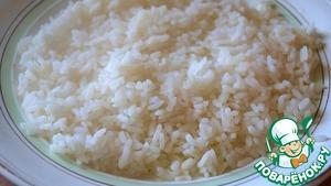 Перекладываем рис на большое блюдо или тарелку и остужаем его до комнатной температуры.