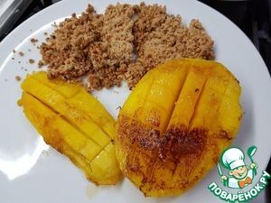 Положите на каждую тарелку половинки манго, посыпьте арахисовым крамблом (как вам больше нравится рядом или сверху).   Слушайте какие мы молодцы и наслаждайтесь вкусным и необычным десертом :)