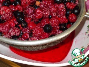 Rinse the berries. Drain off excess water. Sprinkle with sugar and put in a colander or sieve, to select the juice drips into the bowl.