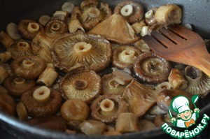 In vegetable oil lightly fry the mushrooms for 5-7 minutes.  Put into a bowl.