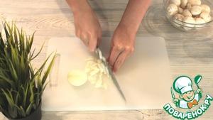 Лук и грибы нарезаем произвольно. Далее обжариваем их до готовности.