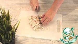 Произвольно нарезаем грудку. Выкладываем ее, грибы и лук в блендер.