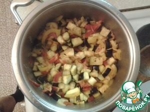 And finally, eggplant. Simmer until fully cooked.  It all depends on your preferences. Some people like softer vegetables, and someone stronger. Therefore, the time can vary.  And after each bookmark products add the herbs and stir. Grass to spare.