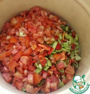 В кастрюлю выложить перец и половину порции (1,5 кг) помидор. Ставим на огонь. После закипания варим ещё 15 минут.