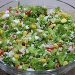 Салат из зеленого салата с крабовыми палочками