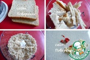 Для приготовления крошки я использовала тосты, но можно взять любой хлеб.   Хлеб наломать (нарезать) на куски и измельчить в блендере.   Чеснок и перец чили нарезать мелко.