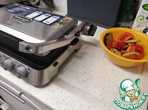 Овощи вымыть и нарезать на ломтики.    Баклажан и цукини кольцами толщиной 1 см   Перец нарезать дольками      Баклажан положить в миску и посолить. Подождать, пока он даст воду, затем промыть.      Перец и цукини так же кладем в миску и солим, а так же добавляем специи по вкусу.      Соединяем баклажаны с остальными овощами в одной миске, добавляем масло и тщательно перемешиваем. Оставляем минут на 10.