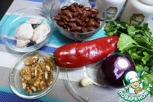 Подготовить ингредиенты для салата. Куриное мясо (у меня бедра без кожи) сварить с добавлением душистого перца и лаврового листа.    Фасоль я варила сама, но можно взять консервированную.