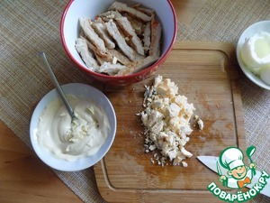 Make the dressing. Combine mayonnaise with mustard sharp and finely chopped garlic. Chop the yolks and put over the meat. Layer coat with dressing.