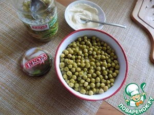 Put green peas in a thick layer. His coat with dressing.