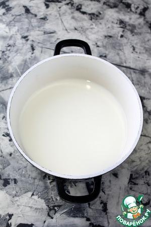 Кастрюлю ополоснуть водой и влить молоко.    Подогреть молоко на среднем огне, не дать закипеть!!!