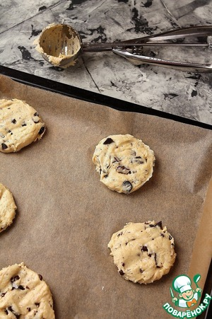 Baking tray lay a parchment.  With a spoon, spread on the baking sheet and press down lightly.   Bake in a preheated 190 gr oven for 15 minutes.  Cookies ready to place on the grill and fully cool.