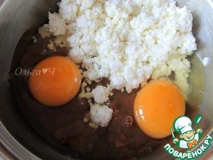 Печень мелко порубить (лучше, когда печень немного подморожена), добавить творог и яйца, перемешать.