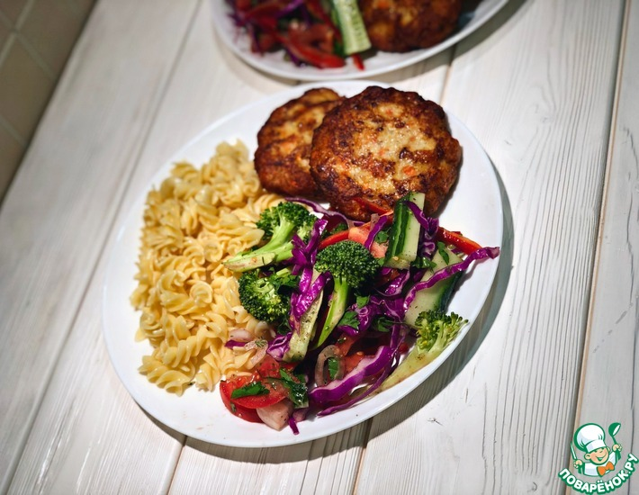 Рецепт: Куриные котлеты с полезным овощным салатом