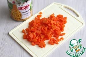 Морковь (1 шт.) отварить, нашинковать мелкими кубиками.