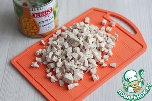 Филе куриной грудки отварить в подсоленной воде, нарезать мелкими кубиками.