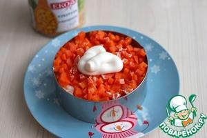 Далее выложить кубики моркови.