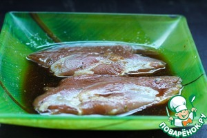 С утиного филе снять кожу и срезать жир – они нам не понадобятся. Филе чуть присолить, поперчить.   Приготовить маринад, смешав кунжутное масло, соевый соус и мед. Филе замариновать 30 минут.