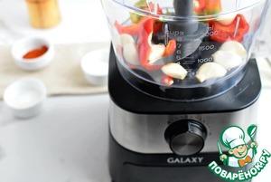 Выложите подготовленные овощи в чашу кухонного комбайна. В пульсовом режиме измельчите овощи в крошку. Добавьте паприку, соль и сахар. Намелите черного перца по вкусу. Еще раз включите комбайн на пару секунд для смешивания ингредиентов.