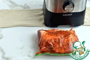 Уберите грудинку в пакет с хорошей застежкой, обожмите лишний воздух и плотно закройте. Уберите мясо в холодильник мариноваться на срок от 4 часов до 2 суток.