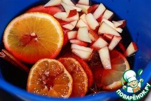 """Нарезать на кружочки апельсин, мандарин и лимон. Яблоки нарезать на кусочки.   Смешать сок, сироп, специи (кроме корицы), изюм, цитрусовые и яблоки, перемешать.   Нагреть до 80-90""""С, но не кипятить. Добавить мед.   Перелить в емкость с крышкой и дать слегка настояться."""