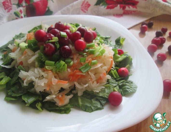 Салат из шпината и квашеной капусты