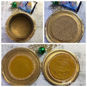 На застывшую основу для торта (кранч) при помощи кондитерского мешка и круглой насадки по спирали выкладываем карамель и отправляем в холодильник - это нам понадобится уже после нанесения на торт зеркальной глазури. Поэтому вам решать подготовите вы это заранее или же непосредственно в момент сборки всего торта.   У меня кранч с карамелью, накрытые крышкой, стояли ночь в холодильнике и все было замечательно.