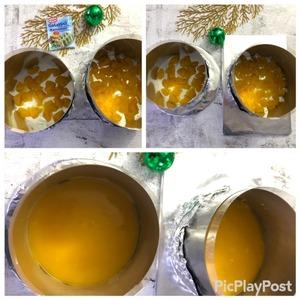 Кольца, диаметром 16 и 14 см затягиваем пищевой пленкой и выкладываем ацетатной пленкой. Подготовленные таким образом кольца, устанавливаем на ровную подставку/тарелку/ра зделочную доску, которую можно будет потом поместить в морозилку.   На дно кольца положить кусочки консервированного манго (оно было у меня, можно обойтись и без него) и разлить поверх фруктов охлажденное компоте. Убрать в морозилку до полного застывания.