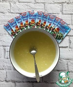 Любой муссовый десерт лучше всего начинать с приготовления желатиновой массы. Для этого заливаем желатин водой в пропорции 1:5. Оставляем на 1 час, затем распускаем на водяной бане, не кипятим. Остужаем и отправляем в холодильник на стабилизацию на 8 часов. Отлично хранится в холодильнике и при необходимости пользуемся желатиновой массой в соответствии с рецептом.