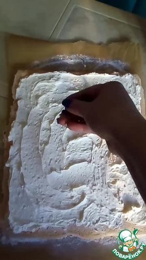 Приготовить крем: холодный сыр, сливки и сахарную пудру выложить в чашу миксера и взбить до густой массы.