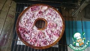 Заливаем пирог сливочной массой.