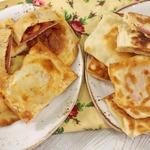 Закрытая мини-пицца с колбасой и сыром