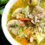 Мясной суп с шампиньонами и оливками