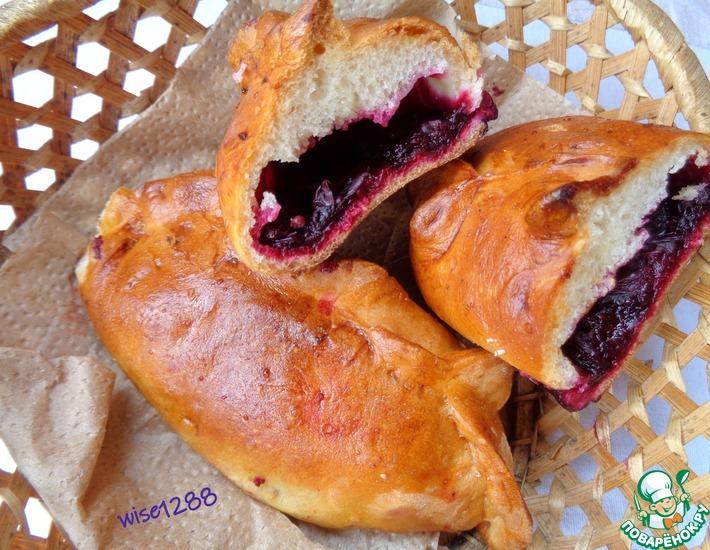 Рецепт: Пирожки с жимолостью