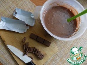 Получилась красивая смесь коричневого цвета. В неё я буду выкладывать порезанные дольки шоколада молочного. Порезала вот таким образом. См. на фото.