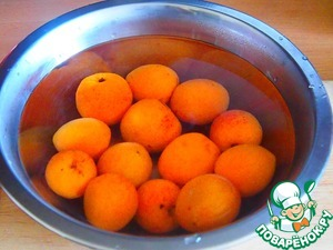 Apricots wash, pour boiling water and almost immediately the hot water drain and rinse apricots with cold water.