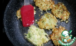 On a heated pan with vegetable oil spread 1 spoon of the cabbage test. Fry on both sides until Golden brown.  Cabbage pancakes with cream cheese is ready! Bon appetit!