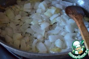 В чистой сковороде на 2 ст. л. растительного масла обжарить лук до прозрачности.