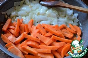 Добавить морковь, жарить 5-7 минут на среднем огне.