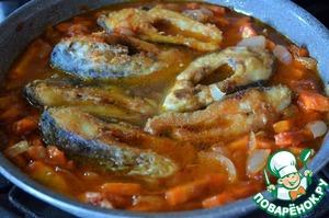 Влить кипяток, погрузив рыбу,    тушить 35 минут на минимальном нагреве, под крышкой.   При необходимости добавить кипяток.