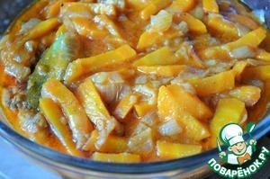 На рыбу выложить овощи и соус.      Можно подавать горячим,    можно остудить и убрать в холодильник на 12-24 часов для настаивания.