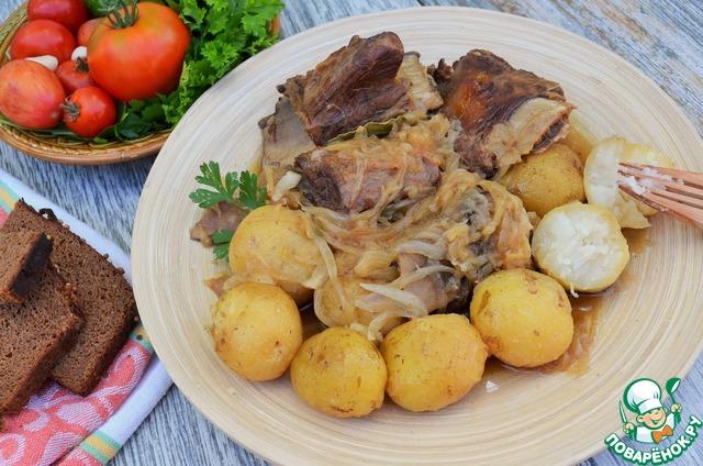 Говяжьи рёбра с картофелем и луком