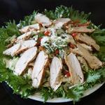 Овощной салат с жареной курицей