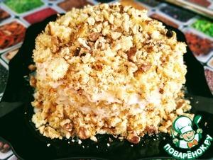 Украшаю торт крошками от оставшегося бисквита и грецкими и орешками.