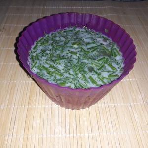 Нарезать зелень. Смешать все ингридиенты в ёмкости для выпекания. По желанию добавить соль и специи.