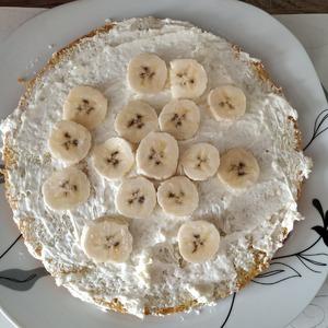 Выкладываю кусочки банана