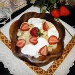 Десерт из лапши с клубникой
